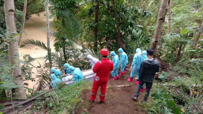 Twitter @TRCBPBDDIY viral petugas bawa jenazah covid-19 di kulonprogo