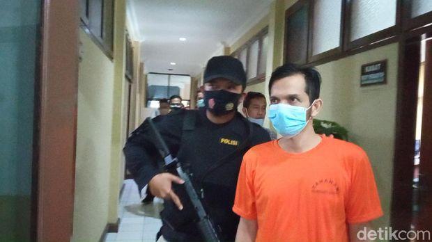 Vokalis Band Kapten Zaky ditangkap polisi gegara konsumsi sabu.