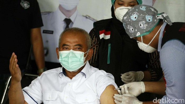 Pelaksanaan vaksinasi COVID-19 Kota Bekasi digelar di Stadion Patriot Chandrabhaga, Jumat (15/01/2021). Wali Kota Bekasi Rahmat Effendi turut divaksin.