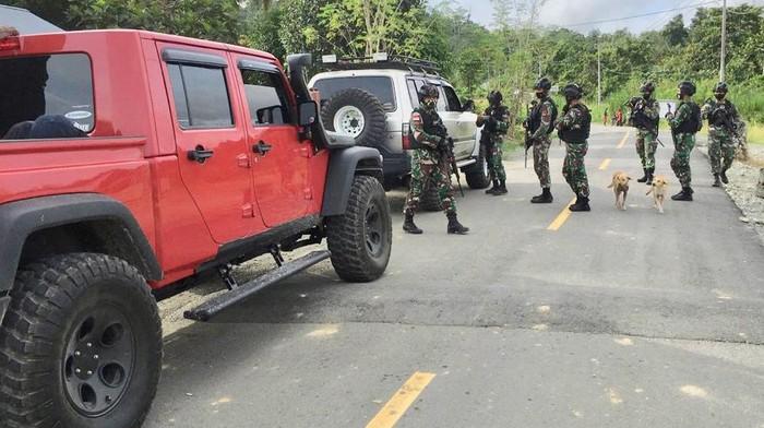 Wamen PUPR John Wempi Wetipo menceritakan momen peninjauan jalan longsor di rute Jayapura-Wamena (dok Istimewa)