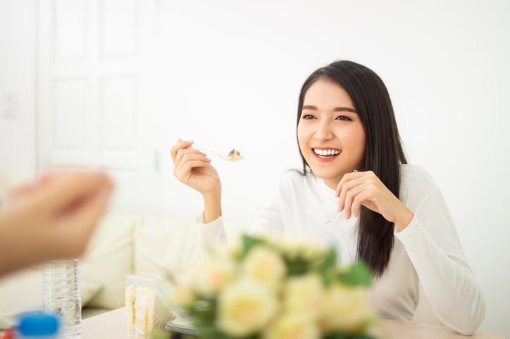 10 Arti Mimpi Makan Bersama Seseorang hingga Mimpi Makan Makanan Busuk