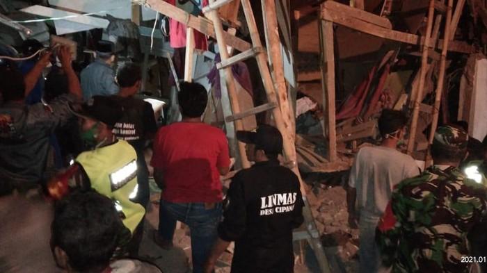 Bangunan ponpes di Cianjur ambruk.