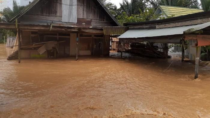 Dampak banjir yang terjadi di Kalimantan Selatan (Kalsel) meluas. Saat ini ada puluhan ribu warga Kalsel mengungsi karena rumah mereka terdampak banjir.