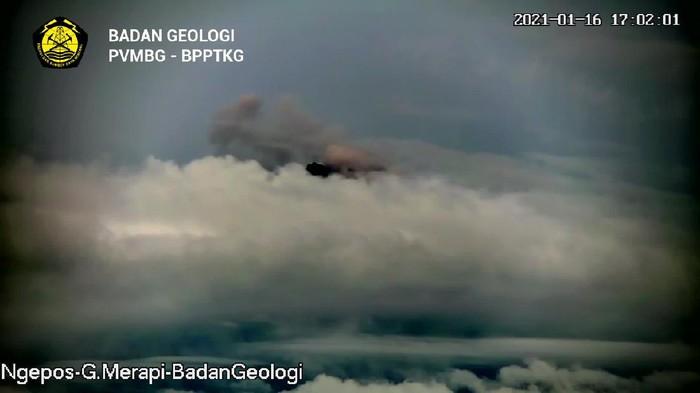 Gunung Merapi kembali mengeluarkan awan panas guguran, Sabtu (16/1/2021) pukul 17.00 WIB.