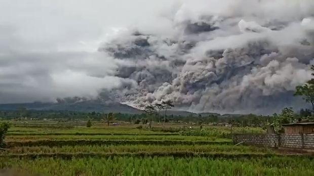 Gunung Semeru kembali mengeluarkan awan panas, Sabtu (16/1) sore sekitar pukul 17.24 WIB. Semburan ini memiliki jarak luncur sekitar 4,5 kilometer.