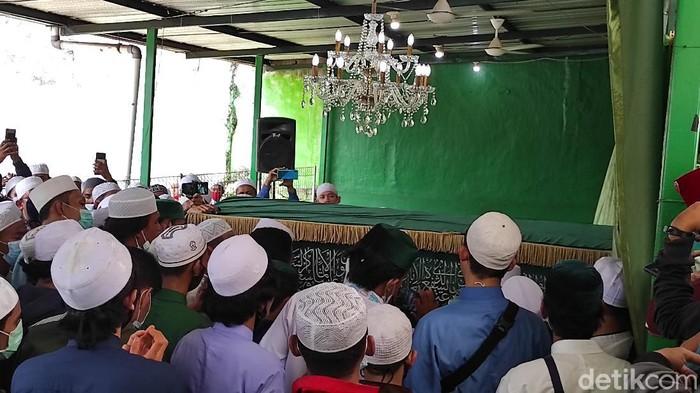 Habib Ali bin Abdurrahman Assegaf dimakamkan.