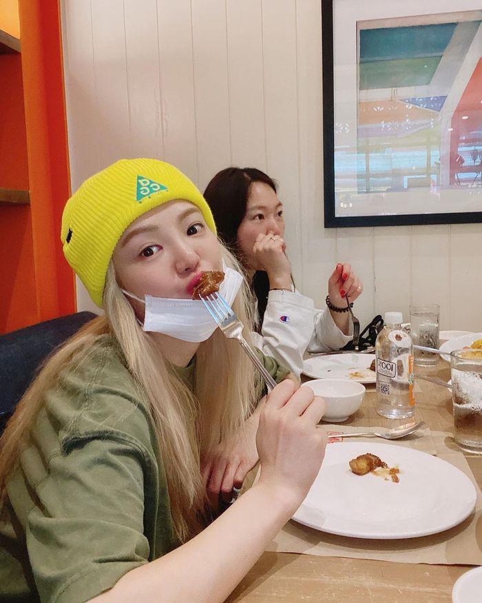 Cantiknya Hyoyeon SNSD saat Makan Es Krim di Tepi Pantai ...