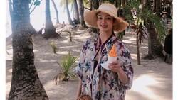 Cantiknya Hyoyeon SNSD saat Makan Es Krim di Tepi Pantai