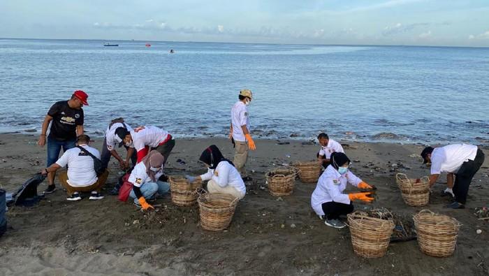 Gerindra Sumbar Bersihkan Sampah Pantai Padang