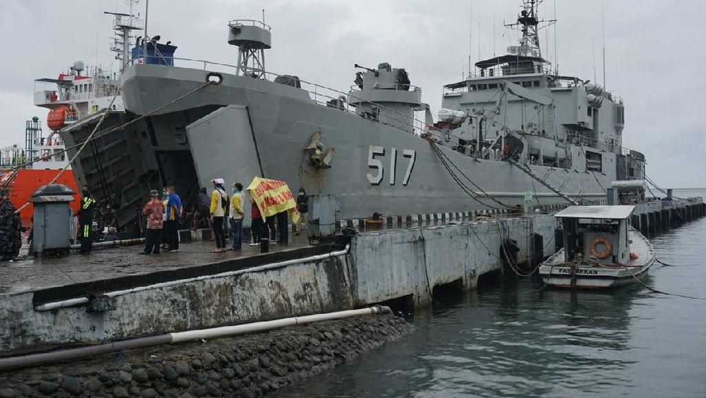 KRI Teluk Ende Bawa 30 Ton Sembako-Obat untuk Korban Gempa Sulbar
