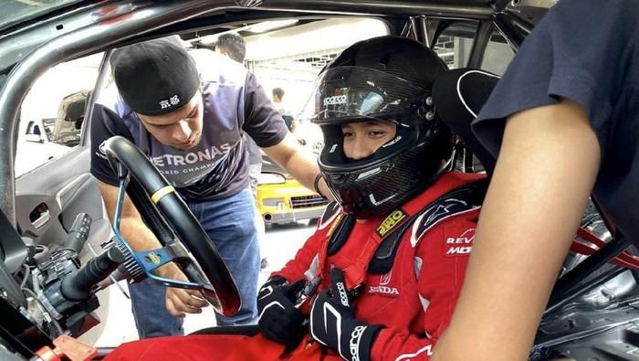 Karir pembalap belia Avila Bahar makin cemerlang. Avila kini berbahagia dan sudah tak sabar mencetak prestasi lebih tinggi lagi. Pasalnya kini Avila dikontrak oleh sebuah tim Professional Esport, JMX Phantom Team.