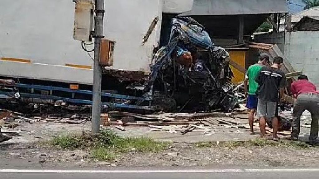 Kecelakaan Maut Truk Kontainer-Motor di Bawen Semarang, 3 Orang Tewas