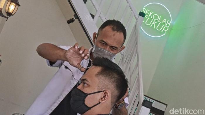 Bercita-cita menjadi barberman atau tukang cukur profesional? Kini di Kota Bandung ada sekolah cukur untuk mengatasi pengangguran di masa pandemi COVID-19.