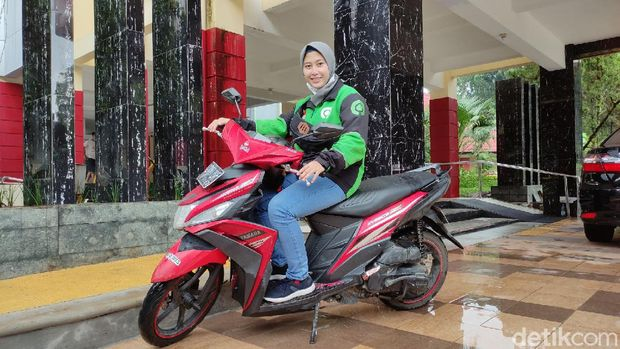 Lily Nur Rahmawati, mahasiswi Unnes nyambi driver ojek online (ojol), Rabu (13/1/2021).