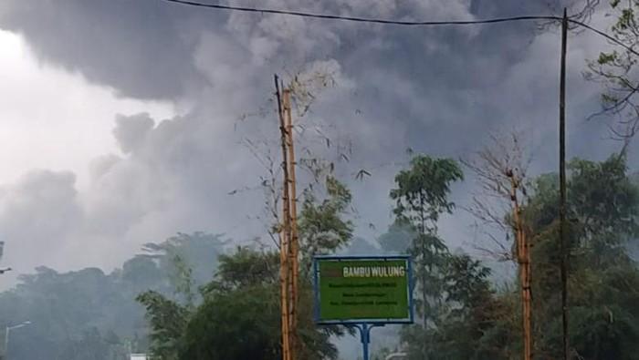 Telah terjadi Awan Panas Guguran (APG) Gunung Semeru dengan jarak luncur kurang lebih 4,5 kilometer pada Sabtu (16/1) sore pukul 17.24 WIB
