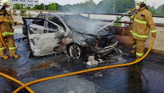 Mobil terbakar di Tol Tanjung Priok