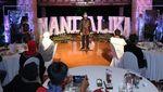 Momen Sandiaga Berbincang dengan Pelaku UMKM di Mandalika