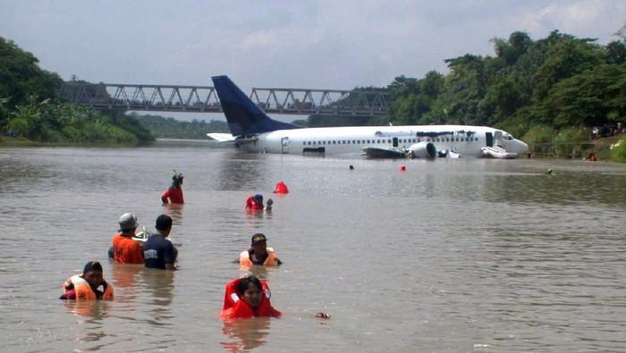 Pesawat Garuda Indonesia GA421 melakukan pendaratan darurat di Bengawan Solo, Klaten, tepat 19 tahun lalu pada 16 Januari 2002.