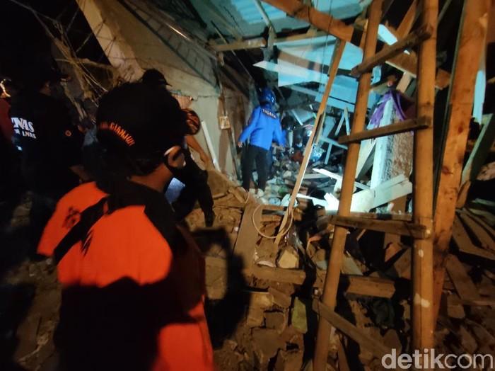 Petugas melakukan pecarian santri yang tertimbun bangunan roboh.