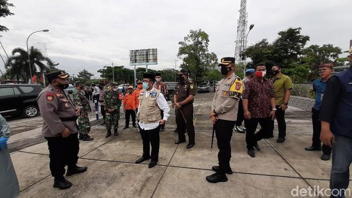 Petugas pantau penerapan PPKM di Cirebon.