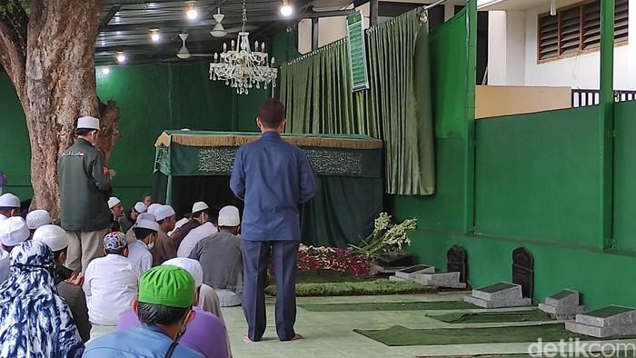 Peziarah di makam Habib Ali bin Abdurrahman Assegaf. (Syahiddah Izzata/detikcom)