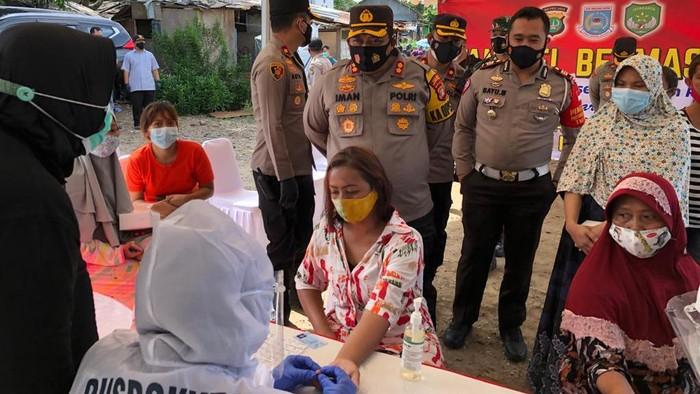 Polres Tangsel bagikan 1.500 masker dan menggelar rapid tes masal