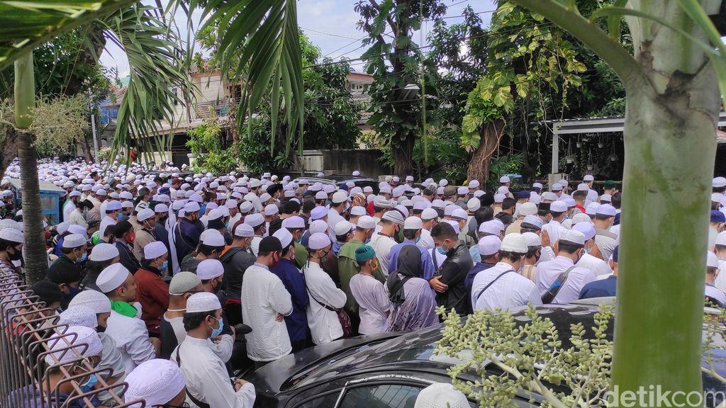 Sambut Jenazah Habib Ali, Para Pelayat Lantunkan Tahlil dan Salat. (Syahidah Izzata/detikcom)