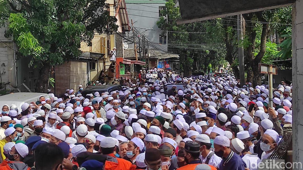 Suasana jelang pemakaman Habib Ali bin Abdurrahman Assegaf di Rawajati, Jaksel. (Syahidah Izzata/detikcom)