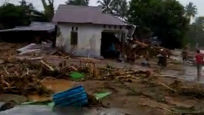 Tangkapan layar rumah hancur akibat banjir di Desa Alat, Kalimantan Selatan (Dok Istimewa)