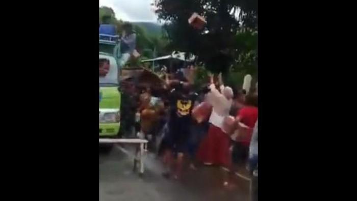 Tangkapan layar warga diduga melakukan penjarahan di daerah Sulawesi Barat (Dok Istimewa)