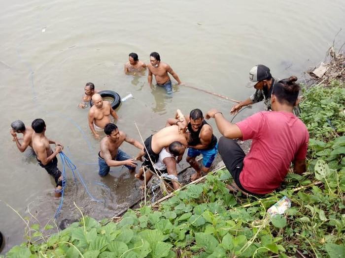 Seorang pelajar kelas 3 SMP tewas tenggelam di Sungai Sadar Desa Sukoanyar, Kecamatan Ngoro, Mojokerto. Remaja berusia 15 tahun itu tenggelam gara-gara nekat memancing ikan hingga ke tengah sungai tersebut.