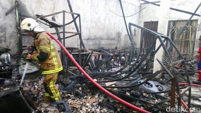 Tim pemadam kebakaran Pemkab Klaten memadamkan api di toko elektronik, Sabtu (16/1/2021).