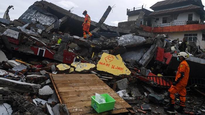 Tim SAR gabungan terus menyisir reruntuhan bangunan yang roboh pascagempa Mamuju untuk menemukan korban.