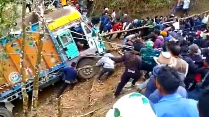 Viral Ratusan Warga Desa Gotong Royong Tarik Truk yang Masuk Jurang, Berhasil!