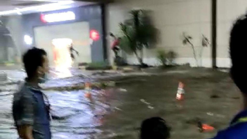 Banjir Air Laut Pasang di Kawasan Mantos Manado Surut, Sampah Dibersihkan