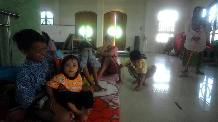 Banjir merendam kawasan Manado, Sulawesi Utara. Sejumlah warga pun kemudian memilih mengungsi ke masjid akibat terdampak banjir.