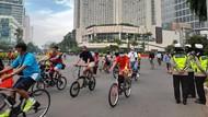 PSBB Ketat DKI, Warga Ramai Berolahraga Minggu Pagi di Bundaran HI