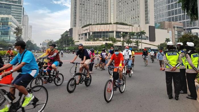 Bundaraan HI diramaikan warga DKI yang berolahraga di tengah PSBB ketat, Minggu (17/1/2021)