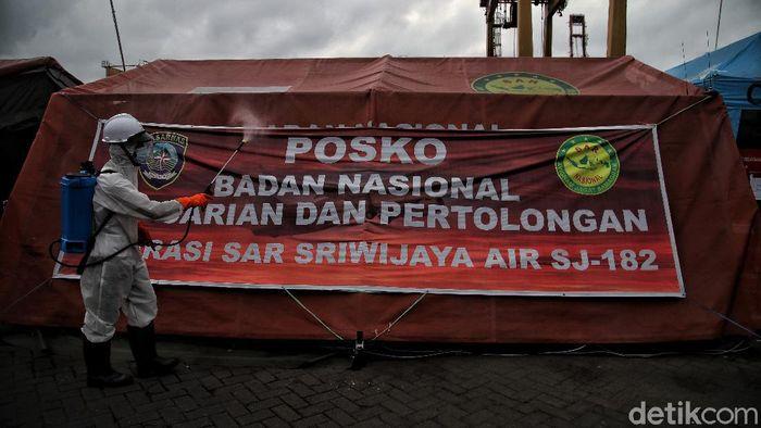 Upaya pencegahan virus Corona tetap dilakukan di Posko Darurat Sriwijaya Air di JICT, Jakarta Utara. Salah satunya dengan melakukan penyemprotan disinfektan.