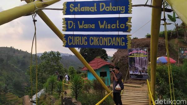 Dari Situs Purbakala Gunung Padang, curug ini hanya berjarak 9,9 kilometer. Adapun, jika dari pusat kota Cianjur, jarak ke Curug Cikondang ini sejauh 37,1 kilometer. Jarak tempuhnya sekitar 2 jam.