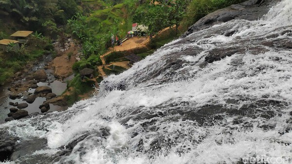 Sesampai di lokasi, traveler bisa meliat aliran Curug Cikondang mengalir setinggi 70 meter dengan lebar 10 meter. (Ismet Selamet/Detikcom)