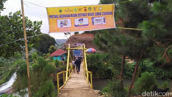 Di masa pandemi seperti saat ini, pengunjung yang datang ke kawasan Curug Cikondang pun diimbau untuk menerapkan protokol kesehatan. Hal itu dilakukan guna mencegah penyebaran virus Corona.