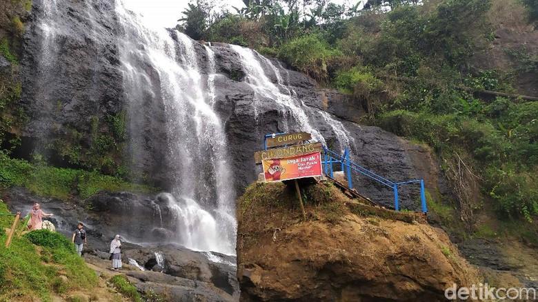 Curug Cikondang yang berada di Kabupaten Cianjur ini bak air terjun Niagara. Tak heran kawasan ini jadi salah satu destinasi wisata andalan di Cianjur.