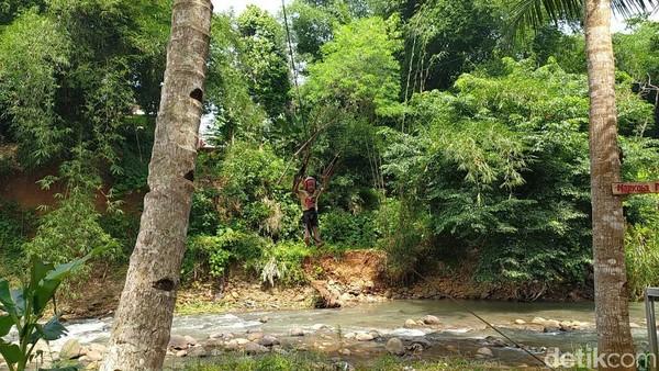 Bagi traveler yang suka wisata uji adrenalin, ada satu tempat di Ciamis yang bisa dikunjungi. Namanya Wahana Ayun Ambing dan Flying Fox di Sedekan River Tubing. (Dadang Hermansyah/detikTravel)