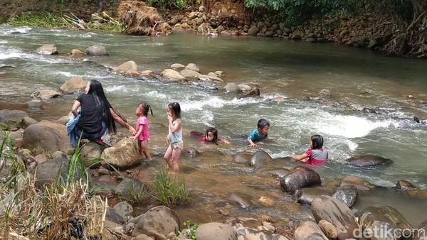 Pengunjung mengaku senang bisa bermain di area wisata Sedekan River Tubing Ciamis, ia bisa bermain air di sungai sesuka hati atau juga bermain flying fox dan Ayun Ambing. (Dadang Hermansyah/detikTravel)