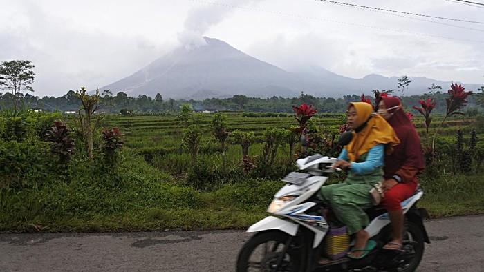 Gunung Semeru erupsi pada Sabtu (16/1) sore kemarin. Berdasarkan pantauan PVMBG, tingkat aktivitas Gunung Semeru masih ditetapkan pada level II atau waspada.