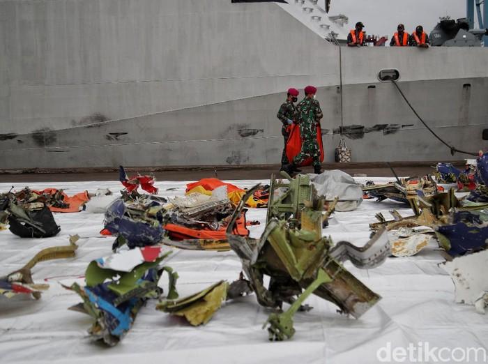 Kantong jenazah korban-material pesawat Sriwijaya Air SJ182 terus dikumpulkan petugas. Namun masuk hari ke-9 pencarian, memori CVR SJ182 masih belum ditemukan.