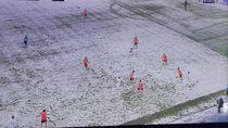 Lapangan Diselimuti Salju, Jersey Warna Putih... Kelihatan Tuh?