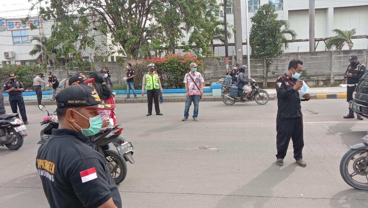 Jajaran Polres Pelabuhan Tanjung Priok bagi-bagi masker ke warga