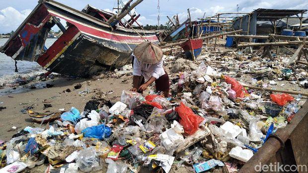Sampah menumpuk di sepanjang pantai Pelabuhan Perikanan Labuan, Banten. Sampah plastik hingga pakaian dan bantal mencemari kawasan tersebut. Berikut potretnya.